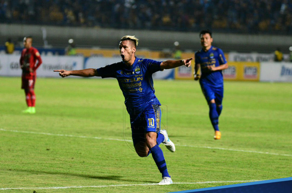 Raphael Maitimo cetak gol kemenangan Persib