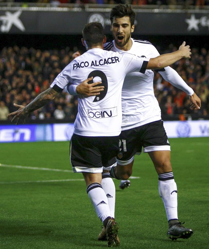 Paco Alcacer dan Andre Gomez ketika masih bersergam Valencia